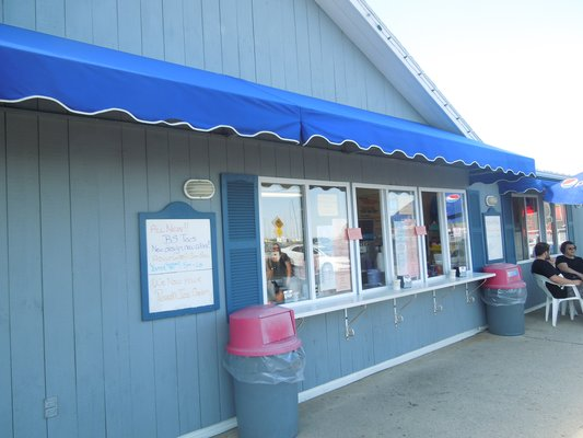 Bill's Seafood Restaurant, Westbrook, CT ‐ Ice Cream Shop and Gift Shop ‐ Side View